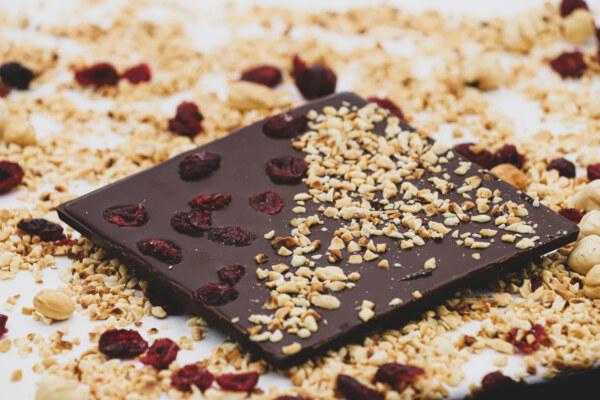 Tamna čokolada s brusnicama i lješnjacima